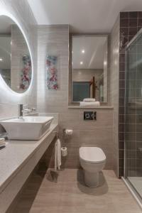 A bathroom at Clontarf Castle Hotel
