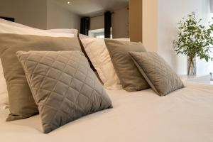 A bed or beds in a room at La suite numéro 1