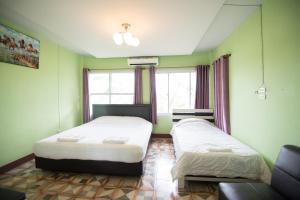 เตียงในห้องที่ บ้านตอไม้ รีสอร์ท