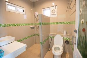 ห้องน้ำของ บ้านตอไม้ รีสอร์ท