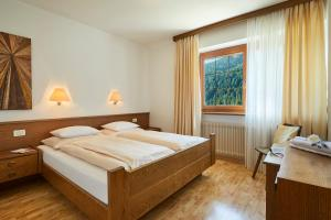 A bed or beds in a room at BelaVal Apartments - Calfosch