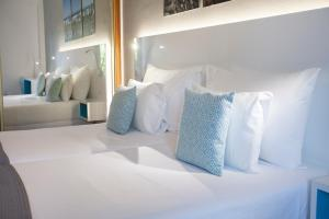 A bed or beds in a room at Coral Compostela Beach Golf