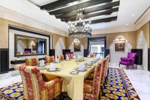 A restaurant or other place to eat at Sharq Village & Spa, a Ritz-Carlton Hotel