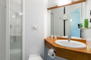 A bathroom at Hotel EDEN- Metz Nord ex le Berlange