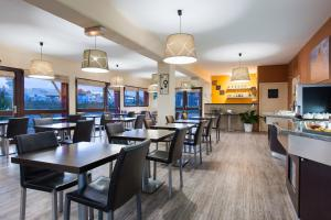 A restaurant or other place to eat at Hotel EDEN- Metz Nord ex le Berlange