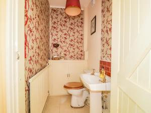 A bathroom at Brewery Cottage
