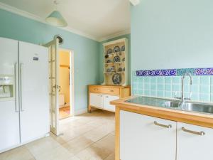 A kitchen or kitchenette at Brewery Cottage
