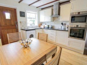 A kitchen or kitchenette at Grebe Cottage