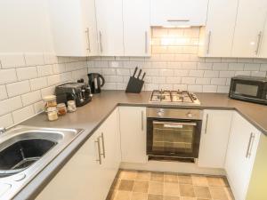 A kitchen or kitchenette at Lister Cottage