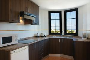 Een keuken of kitchenette bij Apartamentos Tabaiba