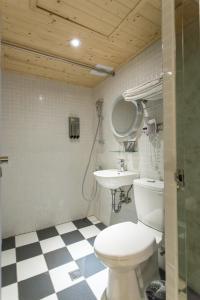 A bathroom at Light Hostel