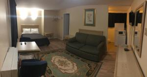 A seating area at Guest Inn Motel