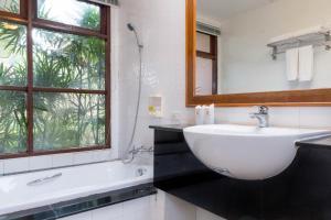 Et badeværelse på Lanta Casuarina Beach Resort - SHA Plus