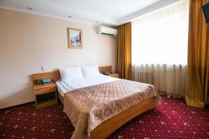 Кровать или кровати в номере Гостиница Прикамье