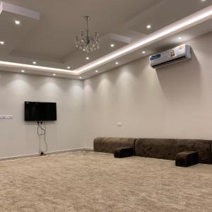 Uma TV ou centro de entretenimento em Al Taif Villas
