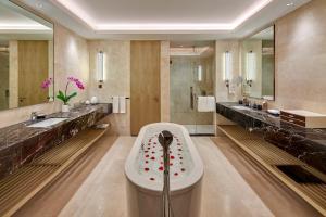 A bathroom at Pavilion Hotel Kuala Lumpur Managed by Banyan Tree