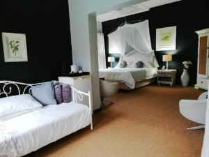 A bed or beds in a room at Hillton Manor Guest House
