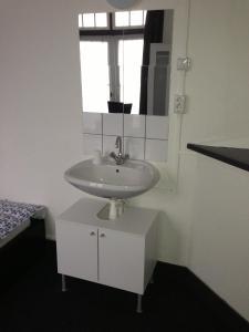 Een badkamer bij Budgethotel de Zwaan