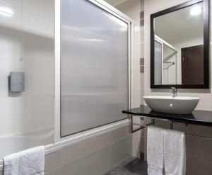 A bathroom at Hotel Vale Do Navio