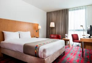 A bed or beds in a room at Park Inn by Radisson Aberdeen