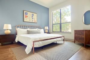 A bed or beds in a room at Sonder – Reverchon Park