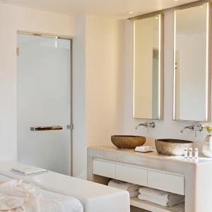 A bathroom at Cavo Tagoo Mykonos