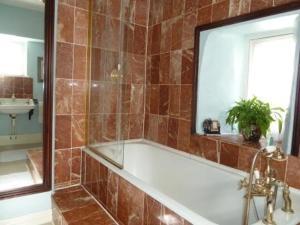 A bathroom at Queen Anne House