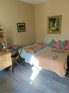 A bed or beds in a room at Chez-vous et moi