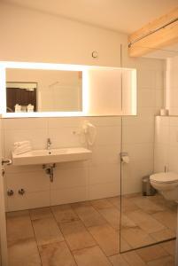 Ein Badezimmer in der Unterkunft Hotel Schwabenwirt