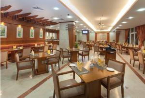 A restaurant or other place to eat at Chelsea Gardens Hotel Apartment