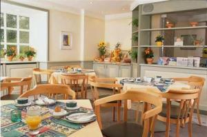 A restaurant or other place to eat at Kocks Hotel Garni
