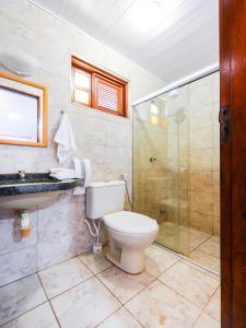 Um banheiro em OYO Kalamari Beach Hotel