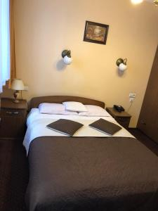 A bed or beds in a room at Hotel Restauracja Podzamcze