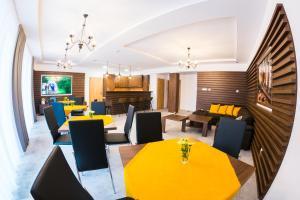 Reštaurácia alebo iné gastronomické zariadenie v ubytovaní Chata Monumento