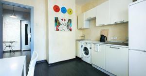 Кухня или мини-кухня в ApartLux Рижская