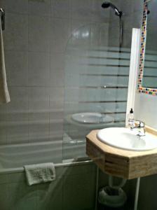 A bathroom at Hostal Del Carmen