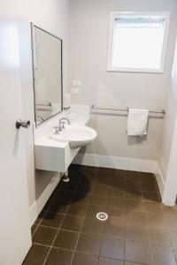 A bathroom at Balan Village Motel