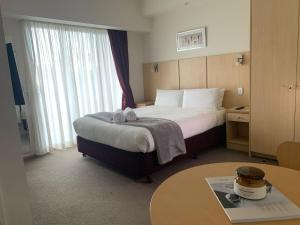 A bed or beds in a room at Airport Ascot Motel