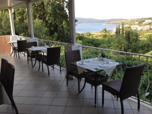 Un restaurante o sitio para comer en Vila Mozara