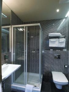 A bathroom at EA Hotel Crystal Palace