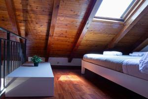 A bed or beds in a room at La Soffitta del Baiàn