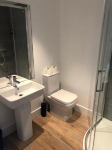 A bathroom at Riverside bar & Restaurant