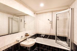 A bathroom at Hotel U Zlateho Stromu