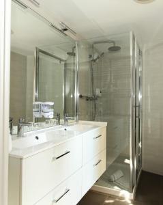 A bathroom at Hôtel De L'Ill