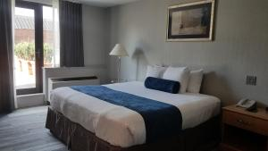 A bed or beds in a room at Marco LaGuardia Hotel & Suites