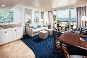 A seating area at TradeWinds Island Grand