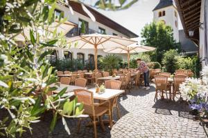 A restaurant or other place to eat at Schmidtburger Hof