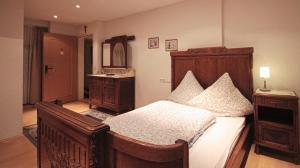 A bed or beds in a room at Hotel zum Schwan Weilerswist
