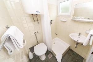 A bathroom at Pavilions Kacjak