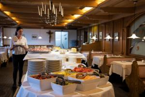 A restaurant or other place to eat at Family Hotel Gutenberg